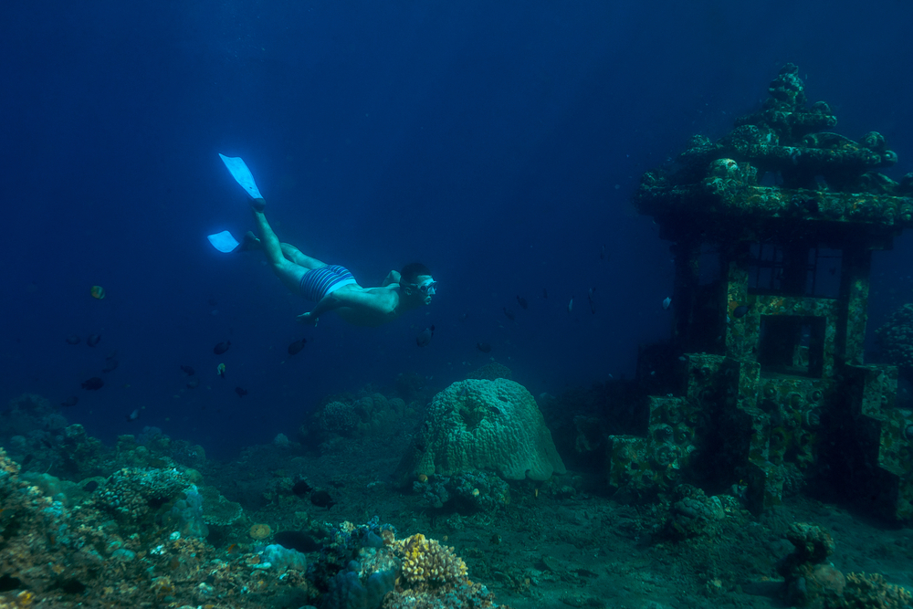 Dive in the magical settings of the underwater Amed